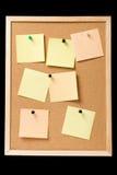 Tablón de anuncios con las notas fijadas Foto de archivo