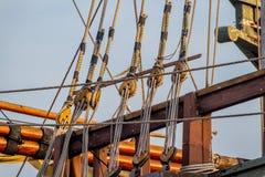 Tablones, cuerdas, poleas, trastos, y aparejo de una reproducción de un velero de la era 1400's imagenes de archivo
