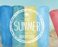 Tablones de madera coloridos por la playa imagenes de archivo