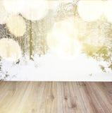 Tablones de madera con el fondo del bosque del invierno Imágenes de archivo libres de regalías