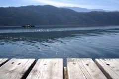 Tablones de madera con la persona en barco fotografía de archivo