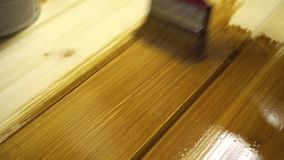 Tablones de madera de la pintura con aceite protector del color marrón metrajes