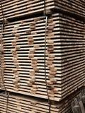Tablones de madera para la construcción de la madera en la acción Tarjetas de madera Fotografía de archivo libre de regalías