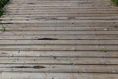 Tablones de madera de un paseo marítimo del parque Fotos de archivo