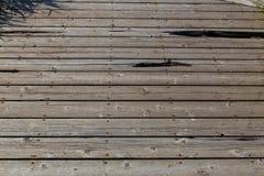 Tablones de madera de un paseo marítimo del parque Imágenes de archivo libres de regalías