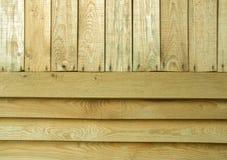 Tablones de madera verticales y horizontales del pino viejo como fondo Fotos de archivo