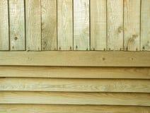 Tablones de madera verticales y horizontales del pino viejo como fondo Foto de archivo