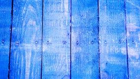 Tablones de madera vetical azules con los tornillos en el centro de cada tablón con la pintura agrietada y algunos puntos blancos Fotografía de archivo libre de regalías