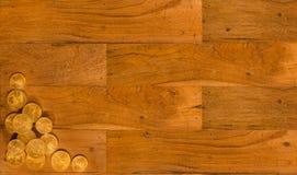 Tablones de madera viejos con el fondo de las monedas de oro Foto de archivo
