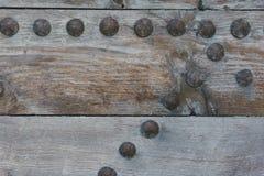 Tablones de madera viejos con los remaches grandes del hierro, puertas imagen de archivo