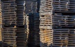 Tablones del roble para los barriles de vino apilados en la elución de las pilas de taninos Fotos de archivo libres de regalías