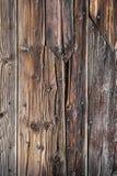 Tablones putrefactos con los clavos foto de archivo