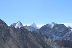 Taboche är ett snö täckt berg i den Khumbu regionen arkivbilder
