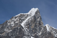 Taboche从Dingboche村庄,珠穆琅玛雷希奥的山峰视图 免版税库存图片