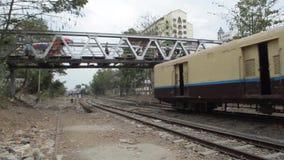 TABOROWA lokomotywa: Szeroki strzału koloru żółtego pociąg przechodzi pod stopa mostem zdjęcie wideo