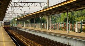 Taborowa nadchodząca dojeżdżający linii kolej w staci brać w depok Indonesia Obraz Stock