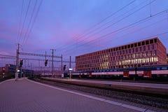 Taborowa stacja kolejowa Brugg z nowożytnym uniwersytetem Stosować nauki, kampus, Brugg-Windisch w tle Obraz Royalty Free