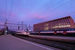 Taborowa stacja kolejowa Brugg z nowożytnym uniwersytetem Stosować nauki, kampus, Brugg-Windisch w tle zdjęcie royalty free