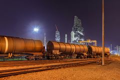 Taborowi furgony przy rafinerią ropy naftowej przy nocą, port Antwerp, Belgia Obraz Stock