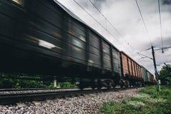 Taborowi i kolejowi furgony z ruch plamy skutkiem transport, linia kolejowa Obraz Royalty Free