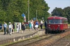 Taborowi pasażery opuszczają pociąg przy stacją kolejową Fotografia Stock