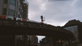 Taborowy iść przez krzywy podmiejski kolejowy most w mieście Hamburg, Niemcy zbiory