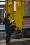 Taborowy oficer pracuje przy Hua Lampong Bangkok stacją kolejową zdjęcia stock