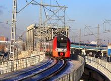 Taborowy pociąg przechodzi kolejowego most Obrazy Royalty Free
