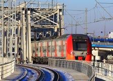 Taborowy pociąg przechodzi kolejowego most Zdjęcia Stock