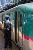 Taborowy szef przy drzwi Shinkansen pociąg zdjęcia royalty free