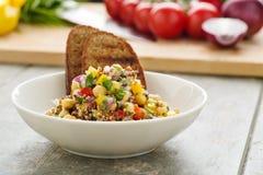 Taboulé de quinoa avec des veggies photos libres de droits