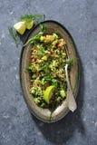Taboulé de salade de gruau avec le concombre, l'avocat et les herbes frais images stock