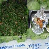 Taboule und Pittabrot mit Falafel lizenzfreie stockfotos