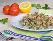 Tabouli avec le quinoa, les tomates et les herbes Image libre de droits