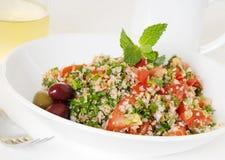 Tabouli Salat mit weißem Wein und Kaffee lizenzfreies stockfoto