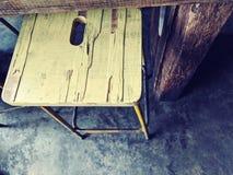 Tabouret en bois jaune peint dans un café images libres de droits