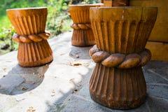 Tabouret en bois traditionnellement découpé Images libres de droits