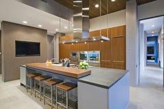 Tabourets de bar au bar de cuisine dans la cuisine Image libre de droits