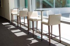 Tabourets de bar et tables blancs Image stock