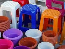 Tabourets et pots en plastique colorés Photographie stock libre de droits