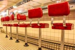 Tabourets rouges de wagon-restaurant image stock