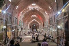 Tabriz, Irán - 10 de julio de 2017: El mercado más grande del mundo en Tabriz, lleno de gente que compra en las tiendas musulmane imagen de archivo
