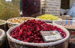 Tabriz, Irã - 16 de julho de 2017: Especiarias no grande bazar de Tabriz no mercado o mais grande de Irã do mundo e dos recipient fotografia de stock royalty free