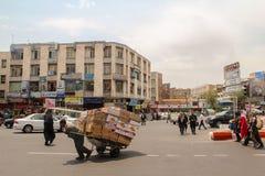 Tabriz, Iran - 10 juillet 2017 : Rue de l'Iran avec un transporteur au milieu de la route avec des voitures autour Type fournissa photo stock