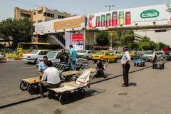 Tabriz, Iran - 10 2017 Lipiec: Ulica Iran z przewoźnikiem po środku drogi z samochodami wokoło Irańska odpoczywa bierze herbata obraz stock