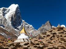 Tabuche峰顶和stupa在途中对珠穆琅玛营地 免版税库存照片