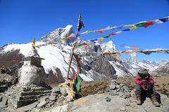 Tabuche trekker med buddhismflaggan från Nepal Royaltyfri Foto