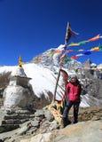 Tabuche trekker med buddhismflaggan från Nepal i himalay everest Arkivfoton