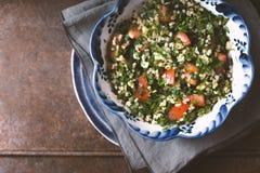 Tabulé vegetariano dell'insalata con bulgur, la menta ed il prezzemolo immagini stock libere da diritti