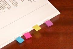 Tabulaciones pegajosas para el documento Foto de archivo